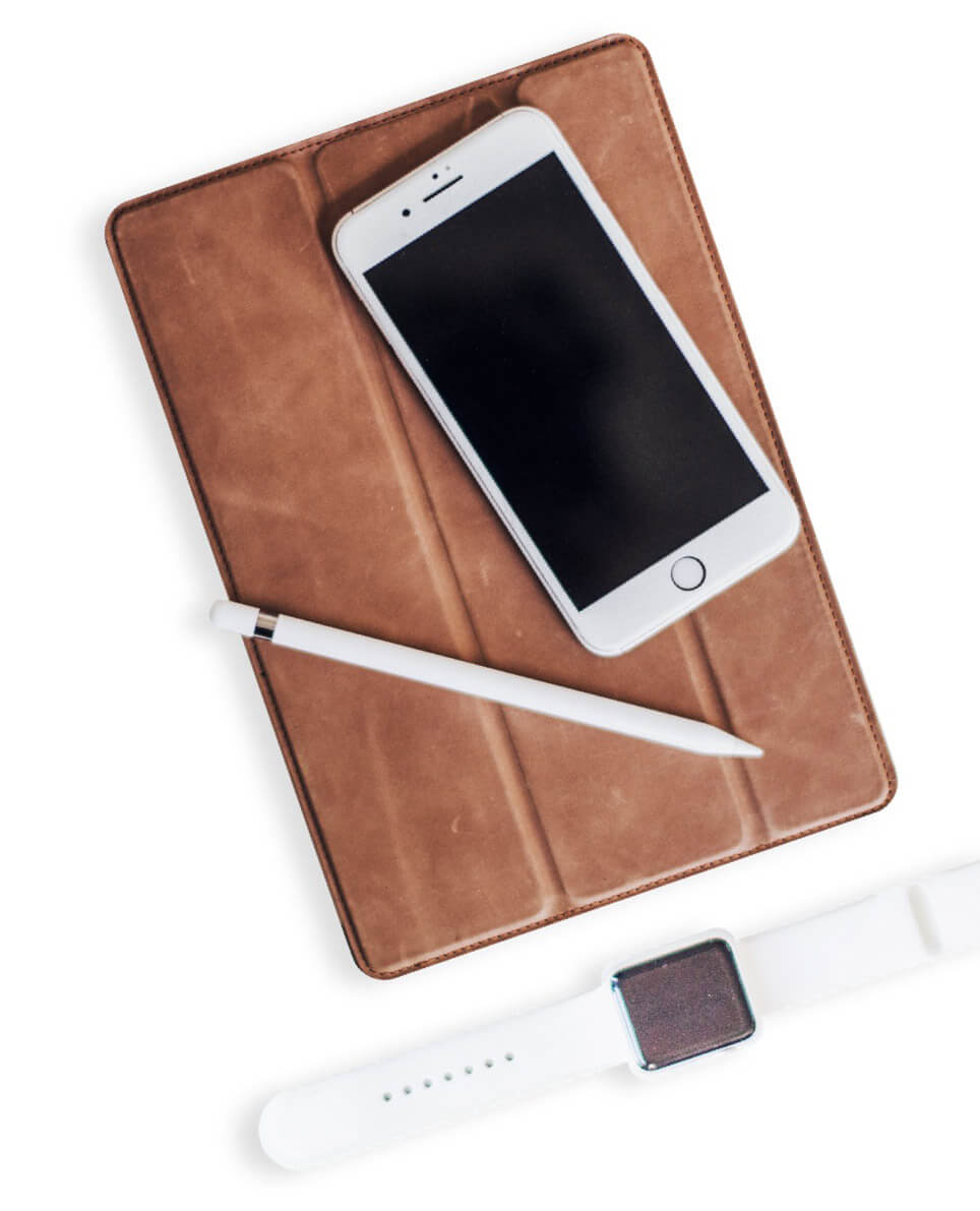 Ipad, Iphone, Apple Watch et Stylo posés sur un fond blanc